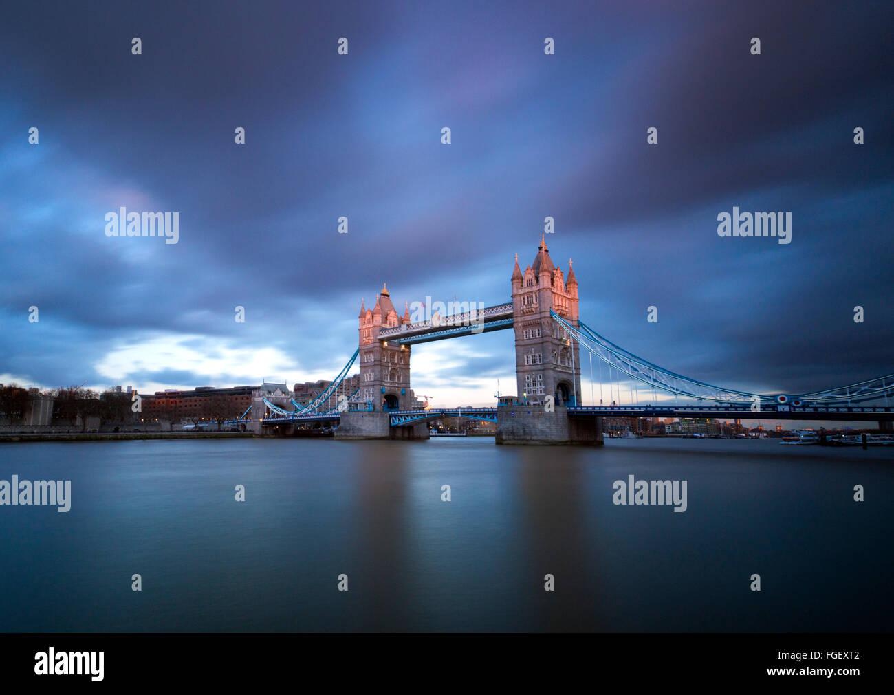 Sonnenuntergang Langzeitbelichtung auf Tower Bridge, London England UK Stockbild