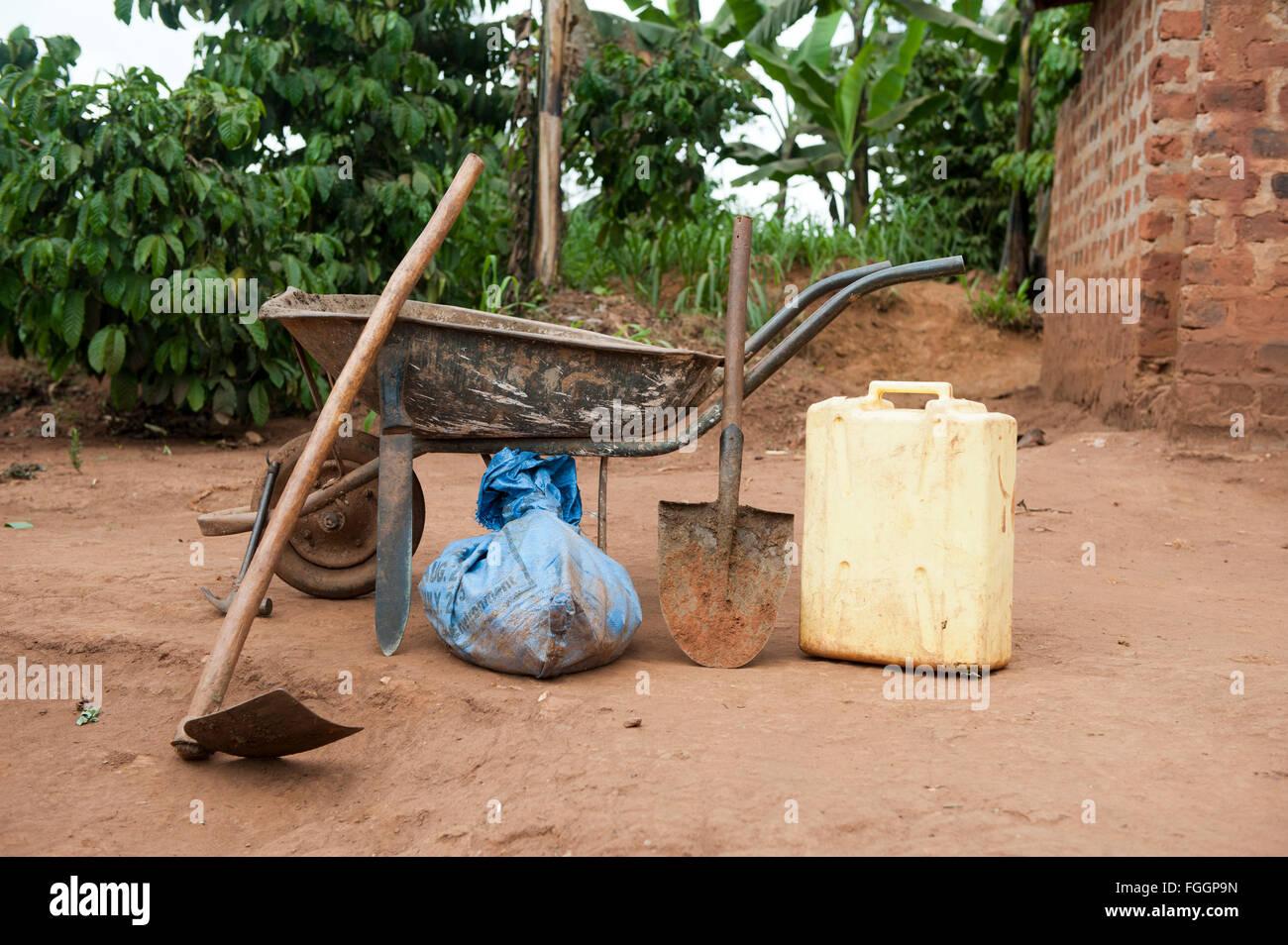 Grundlegende Werkzeuge für die Landwirtschaft in Uganda. Stockbild