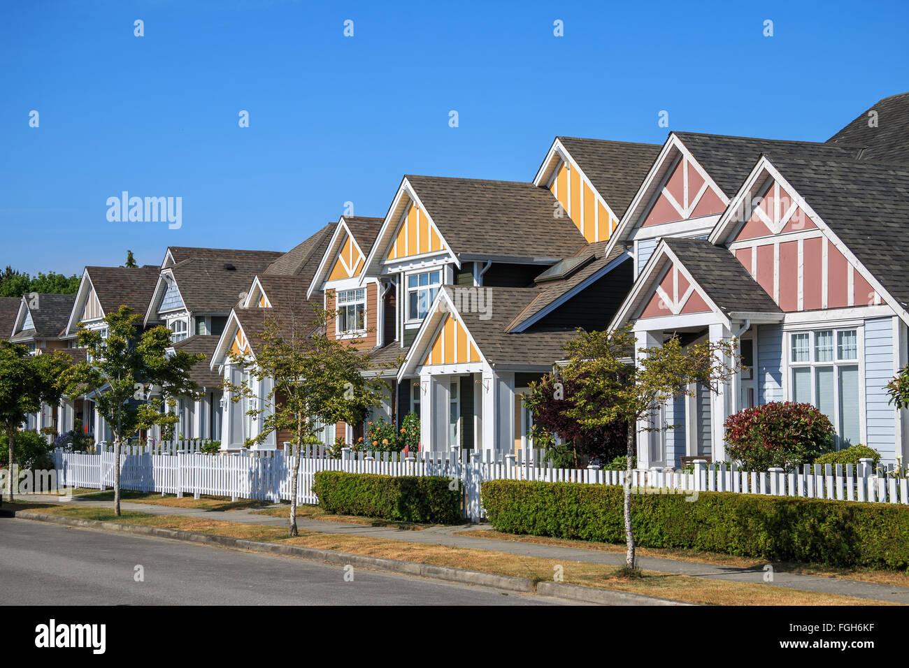 High Quality Eine Reihe Von Neuen Häusern In Richmond, British Columbia, Kanada.  Vorgärten Der Häuser Und Der Straße Mit Bäumen Und Sträuchern.