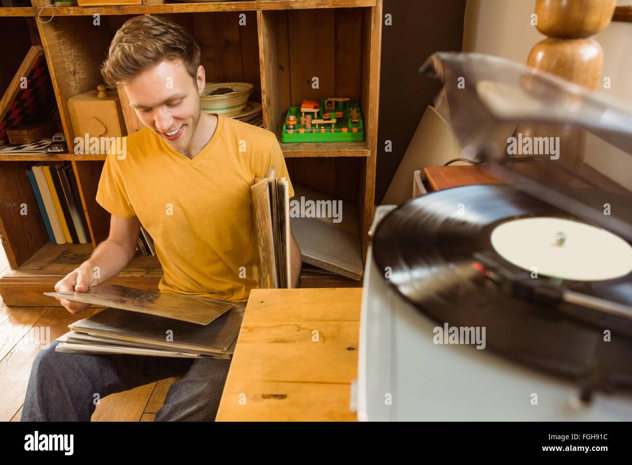 Junger Mann, Blick auf seine Vinyl-Sammlung Stockbild