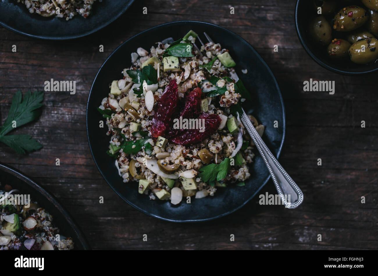 Ein ein-Mann-Teil der Avocado und Quinoa Salat mit Blutorangen und Fenchel wird von oben fotografiert. Stockbild