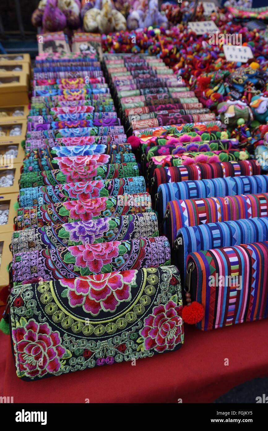 dbe8b7c4b760f bunte Hügel Stamm Stickerei Handwerk Geldbörsen im Basar in Chiangmai  Thailand