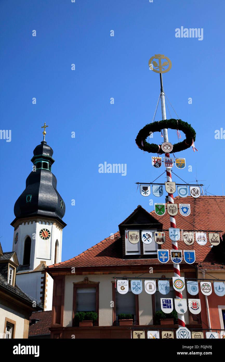 Maibaum und Kirchturm, Speyer, Deutschland Stockbild