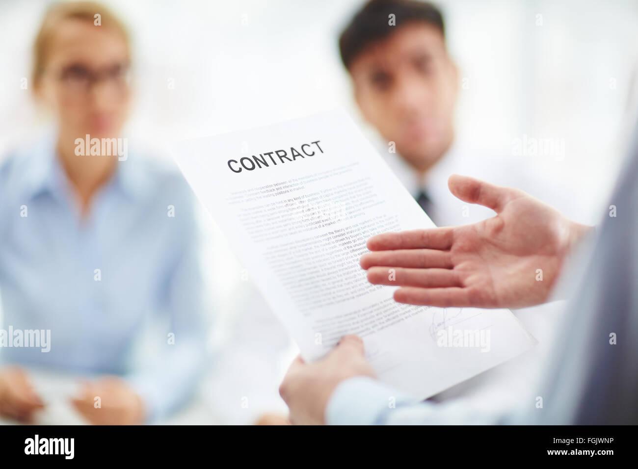 Mitarbeiter mit Vertrag in seiner Hand darauf zeigen Stockfoto, Bild ...