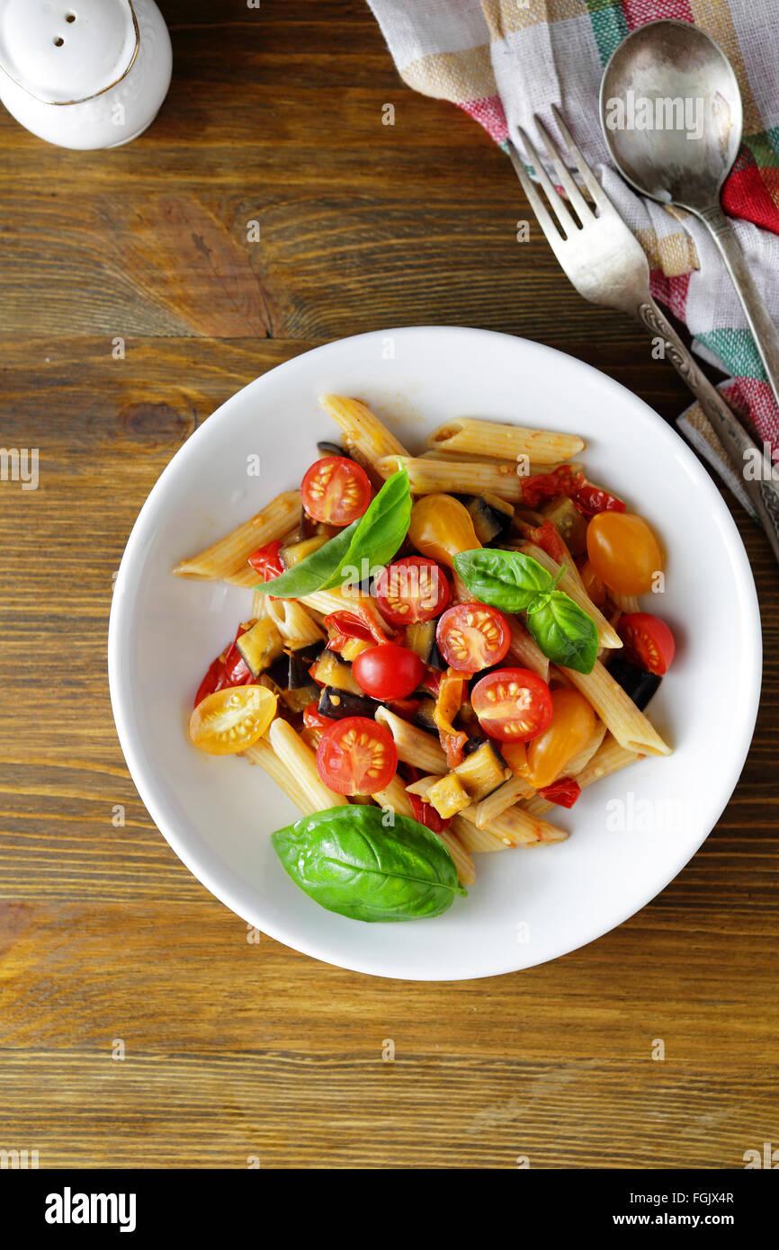 Pasta Penne mit gebratenem Gemüse, Lebensmittel-Draufsicht Stockbild
