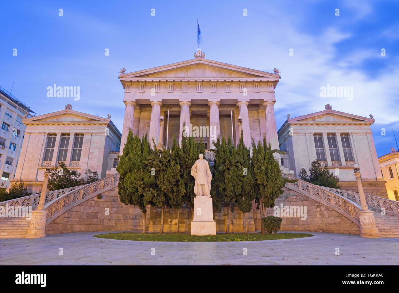 Athen - das Gebäude der Nationalbibliothek in der Abenddämmerung entworfen vom dänischen Architekten Theophil Freiherr Stockfoto