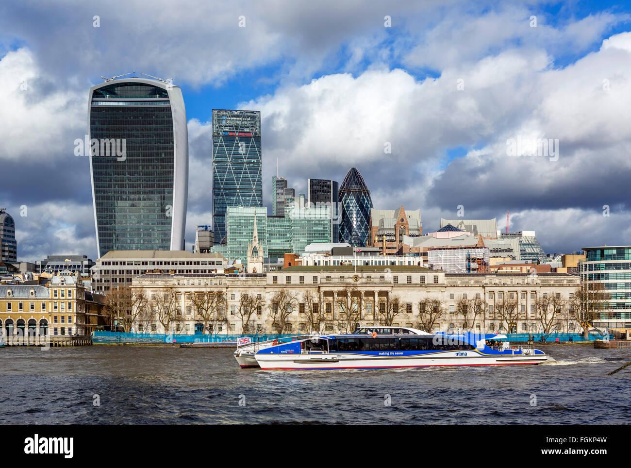 Blick über den Fluss Themse in der City of London mit Custom House und MBNA Thames Clipper im Vordergrund, Stockbild
