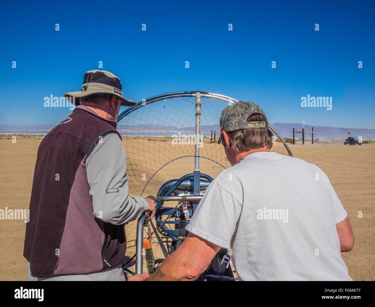 Männer arbeiten an ihrer Paramotoren, bereitet sie für den Flug, bei einem Treffen von Enthusiasten am Stockbild
