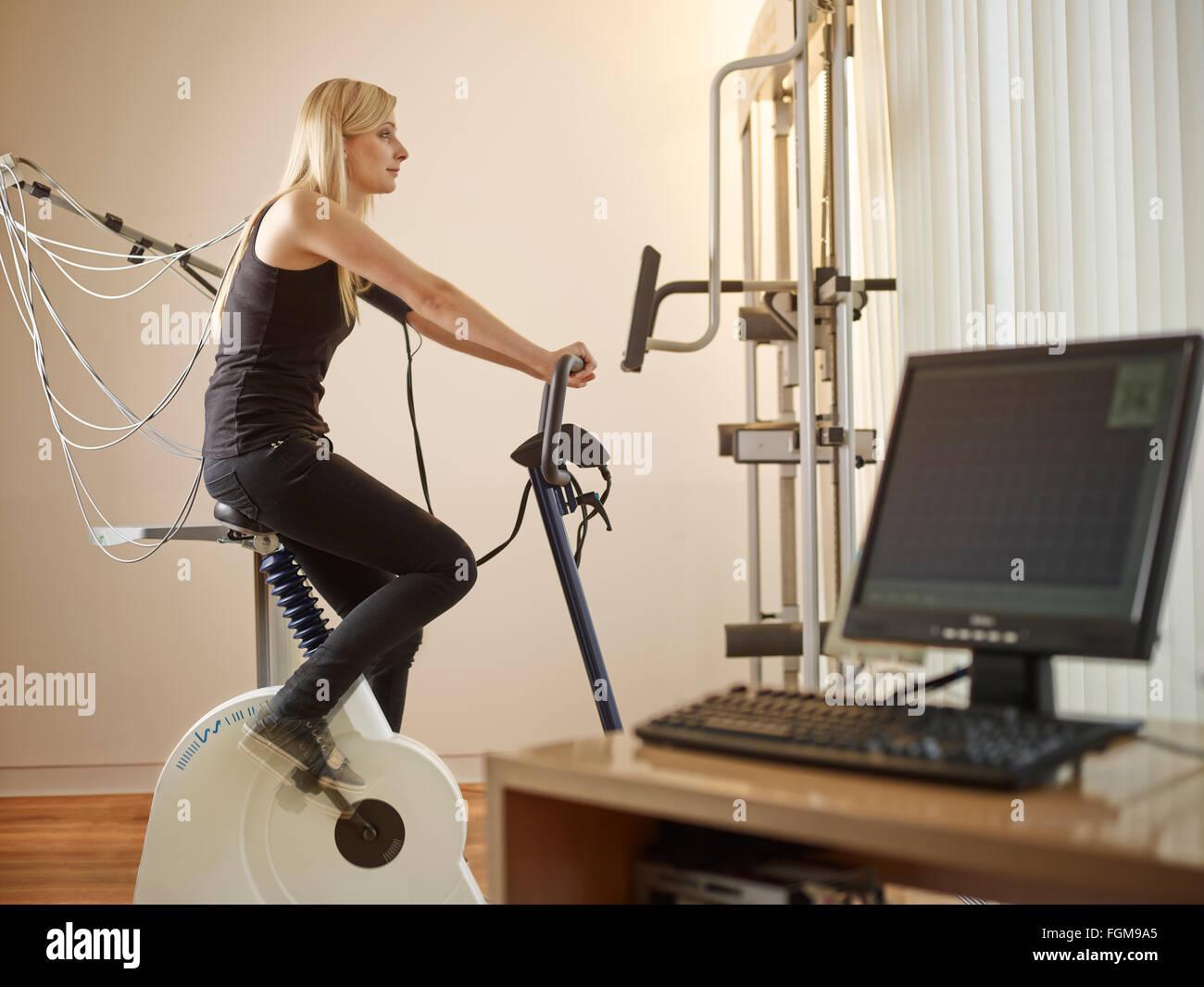 Junge blonde Frau, 25-30 Jahre, ECG Untersuchung, Österreich Stockbild
