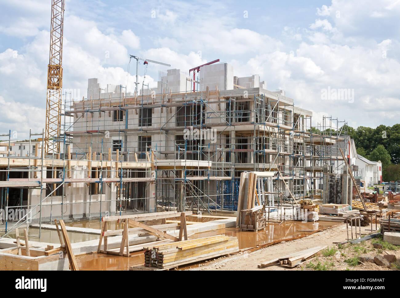 Baustelle mit Kran und ein neues Gebäude Stockbild