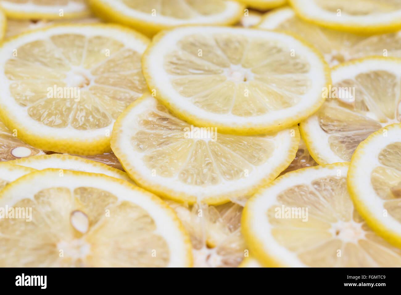 Hintergrund, die mit Zitronenscheiben Stockbild