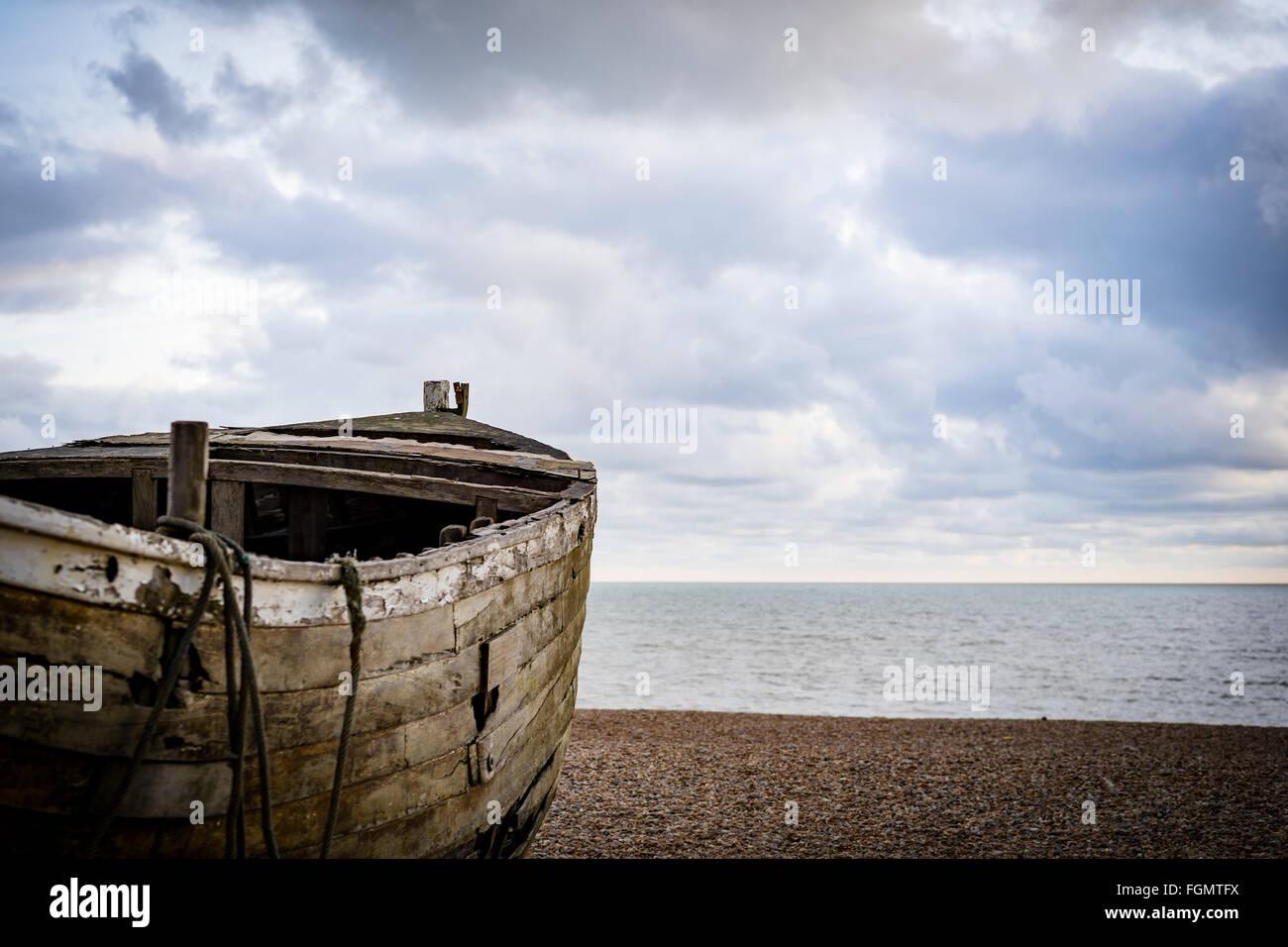Alte hölzerne Fischerboot am Strand, Brighton, UK Stockfoto