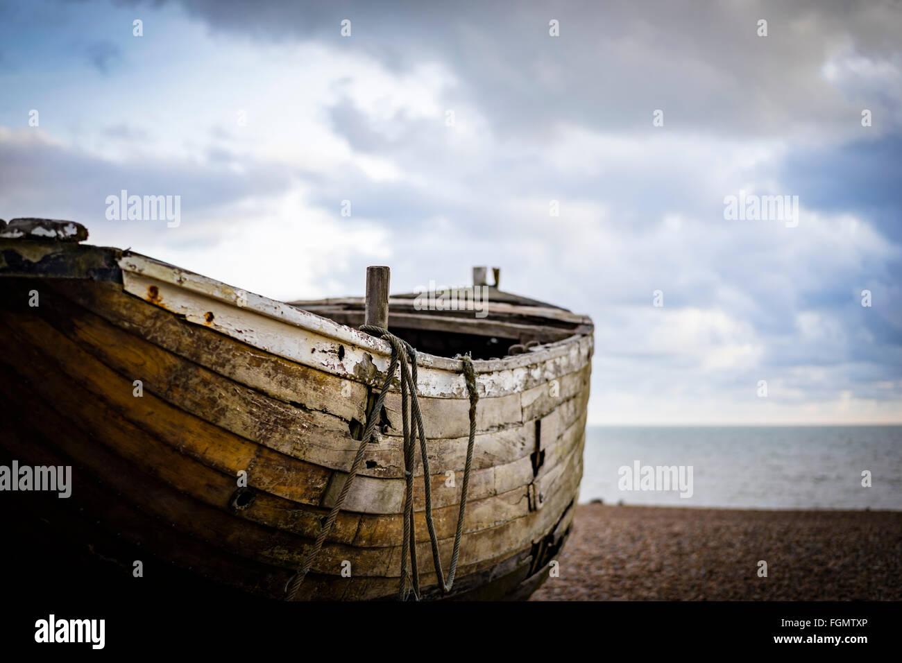 Alte hölzerne Fischerboot auf Brighton Beach, Sussex, UK Stockfoto