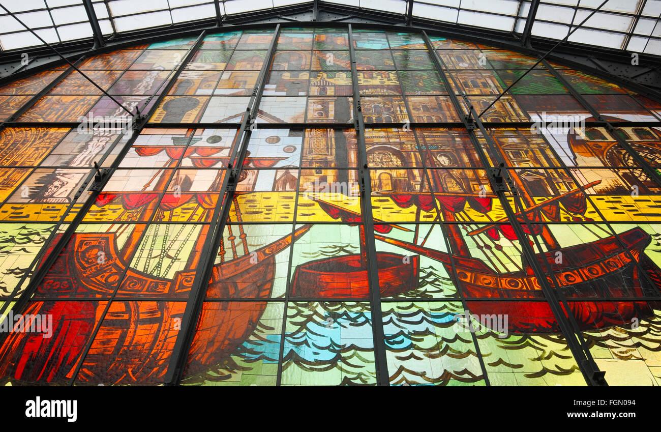 Málaga, Costa Del Sol, Provinz Malaga, Andalusien, Südspanien.  Wandbild Glasfenster in der Atarazanas Stockbild
