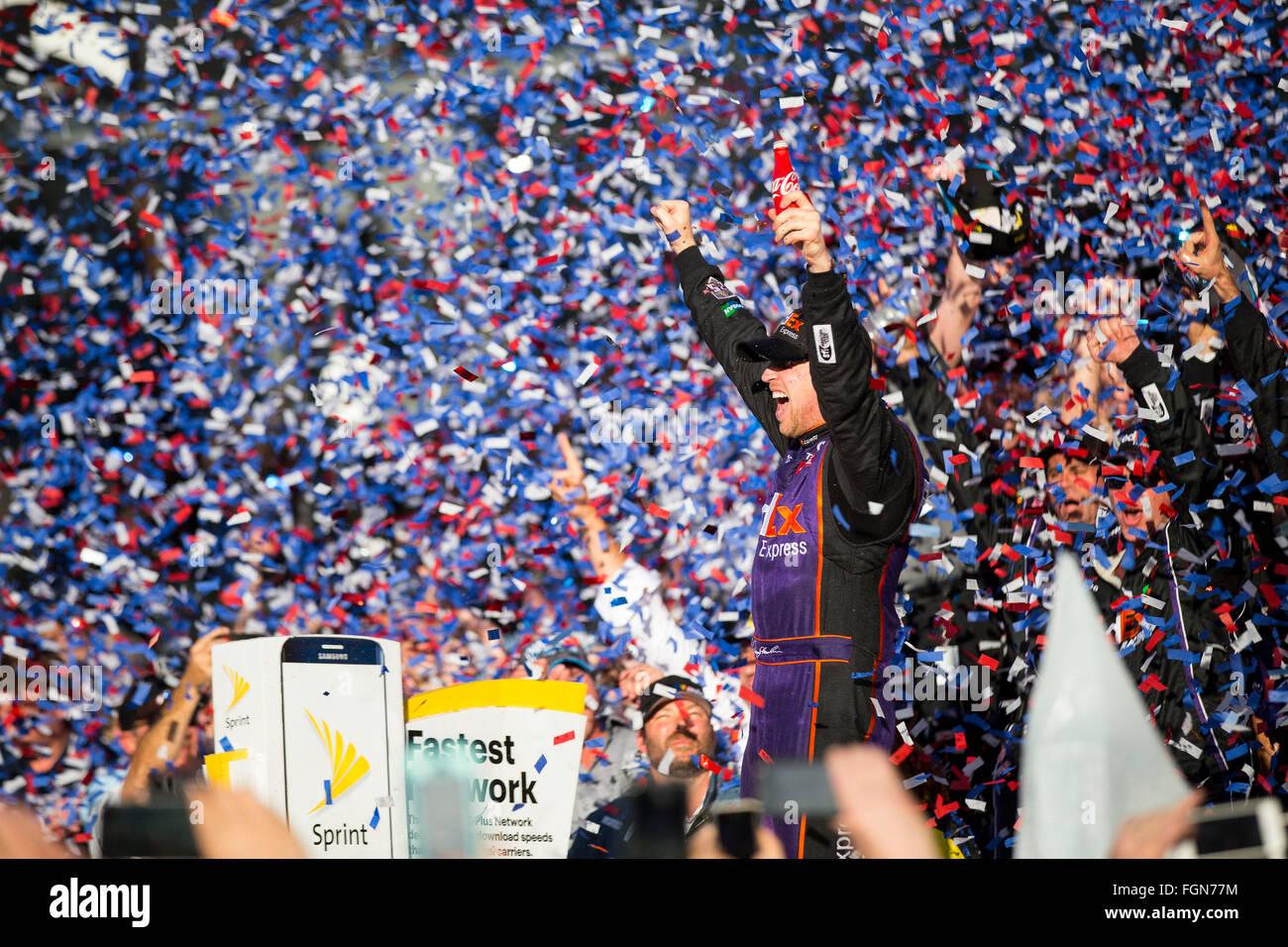 Daytona Beach, FL, USA. 21. Februar 2016. Daytona Beach, FL - 21. Februar 2016: Denny Hamlin (11) gewinnt das Daytona Stockbild