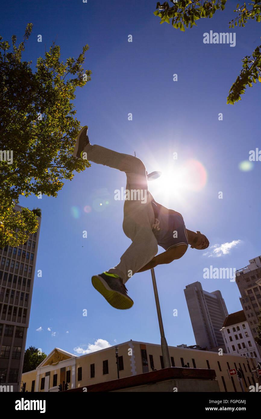 Mann tut Parkour in der Stadt Stockfoto