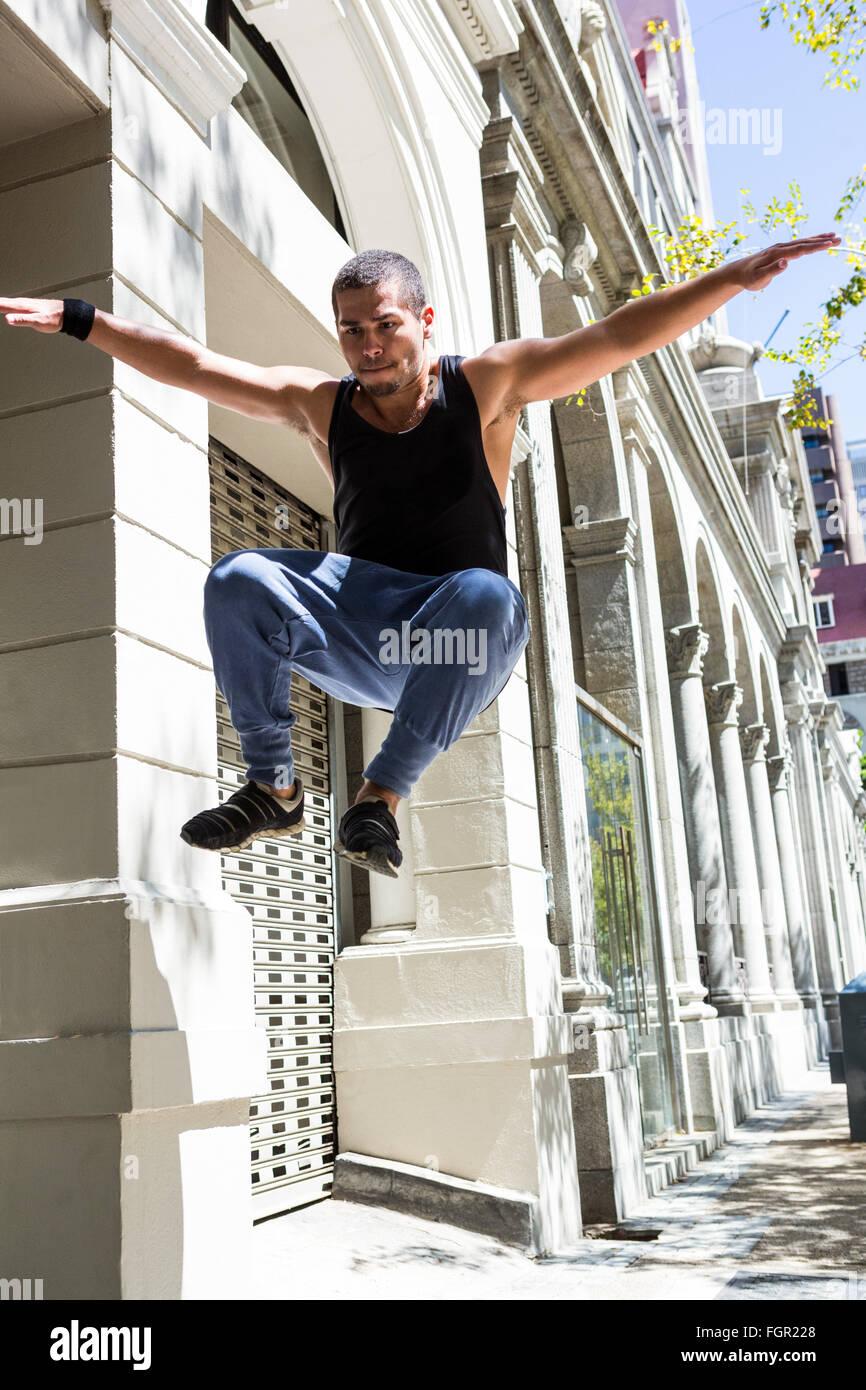 Mann tut Parkour in der Stadt Stockbild