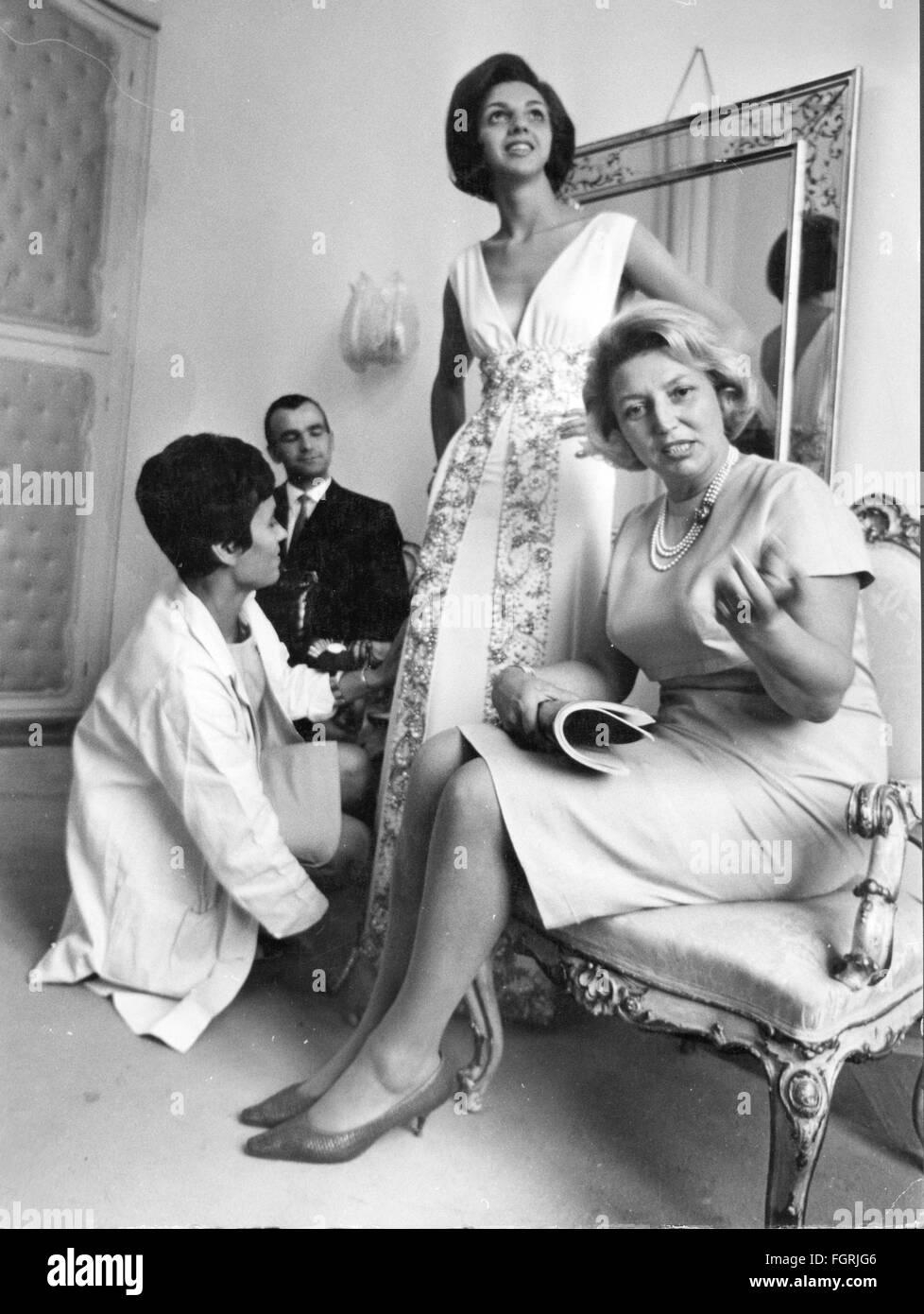 Mode 60er Jahre Abend Mode Junge Frau Die Versucht Auf Einem
