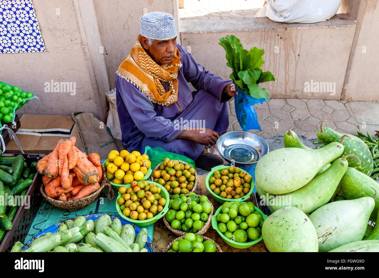 Obst- und Gemüsemarkt in Nizwa Souk, Nizwa, Ad Dakhiliyah Region, Oman Stockbild