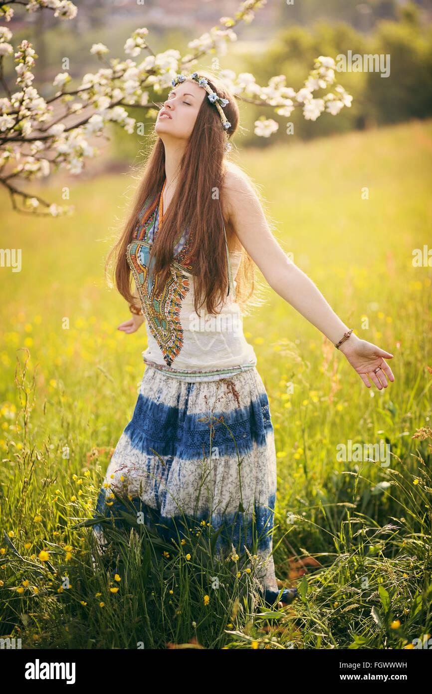 Schöne freie Frau in einem Feld. Natur und Harmonie Stockbild