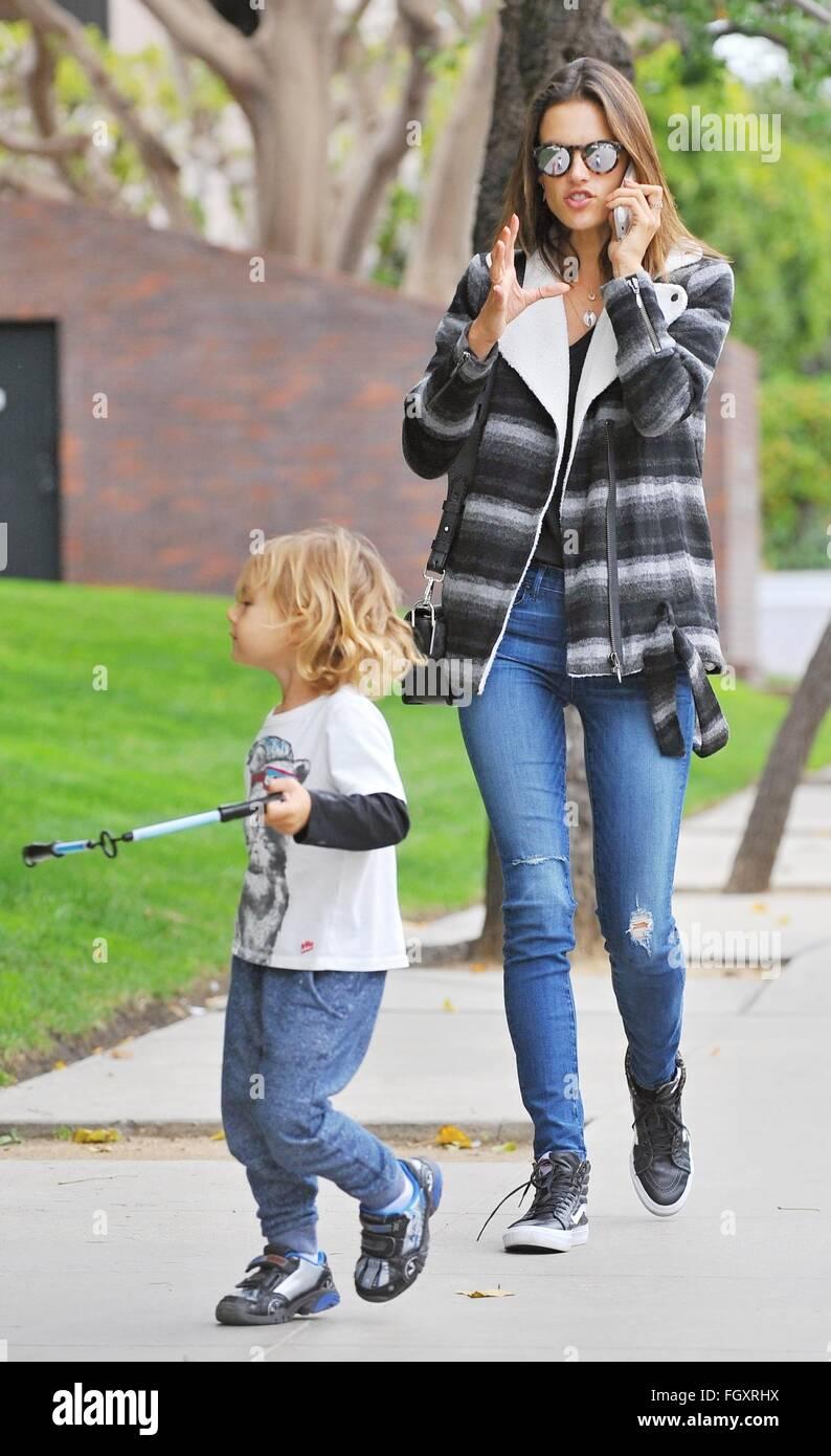 Alessandra Ambrosio Zu Fuß Mit Ihrem Sohn Noah Phoenix Ambrosio