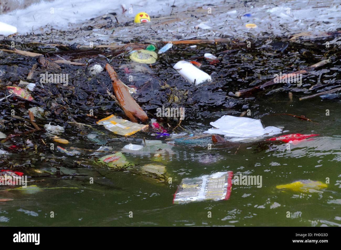 Angeschwemmte Strand wurf Schmutz Verschmutzung Ozean Kunststoff Kunststoffe bei Hoylake, Wallasey, Großbritannien Stockbild