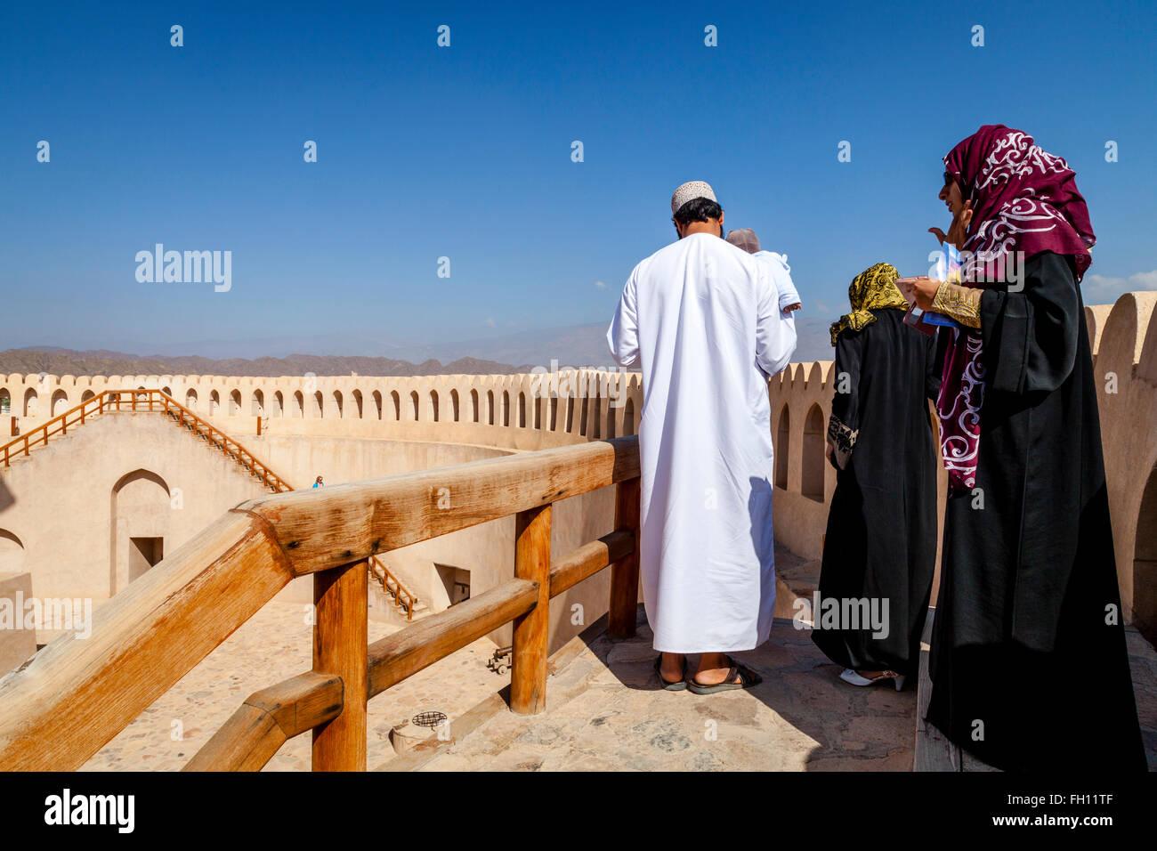 Omanische Touristen in Nizwa Fort, Nizwa, Ad Dakhiliyah Region, Oman Stockbild