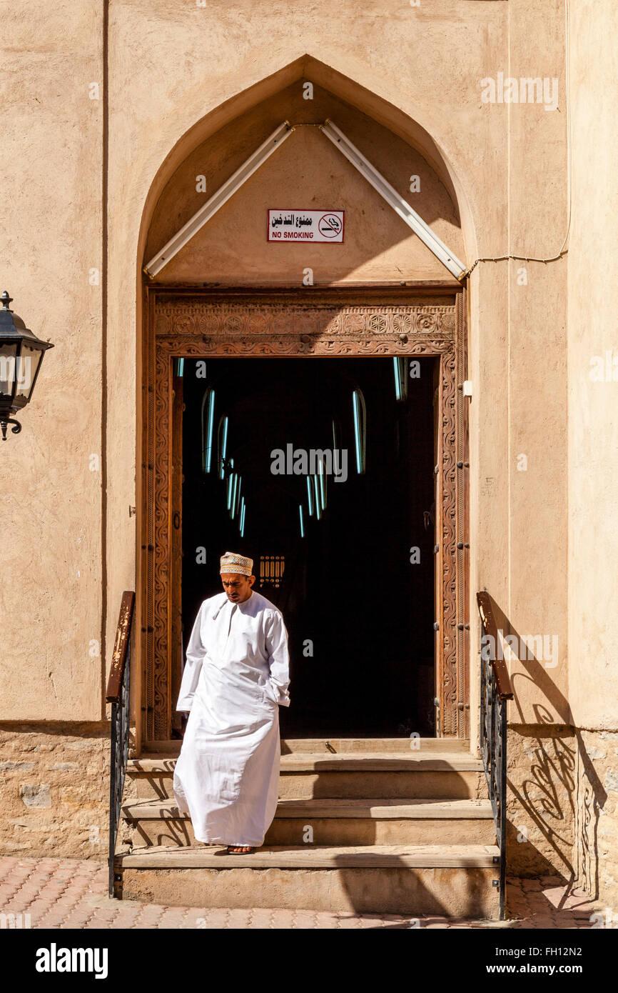Ein omanischen Mann verlassen den Souk, Nizwa, Ad Dakhiliyah Region, Oman Stockbild