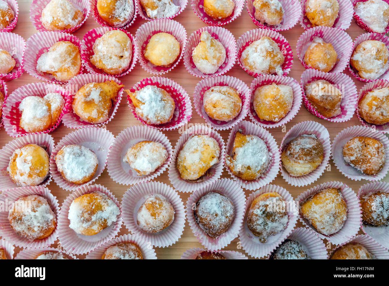 Tschechische hausgemachte süße kleine Krapfen in Papier Fällen üppigen Stockfoto