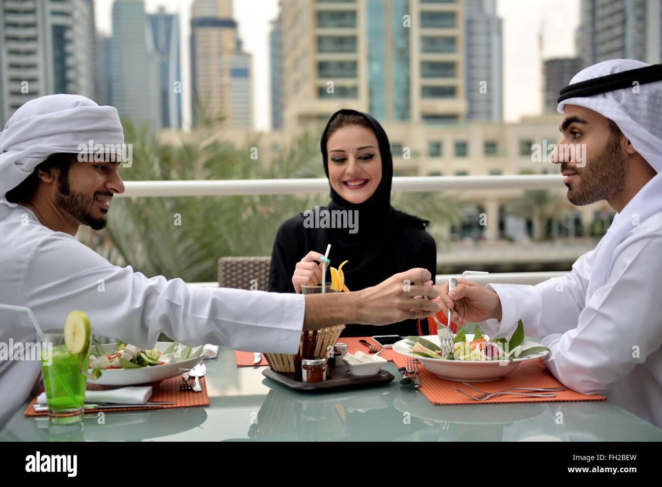 Junge Emiratis arabische Freunde Essen in einem restaurant Stockfoto