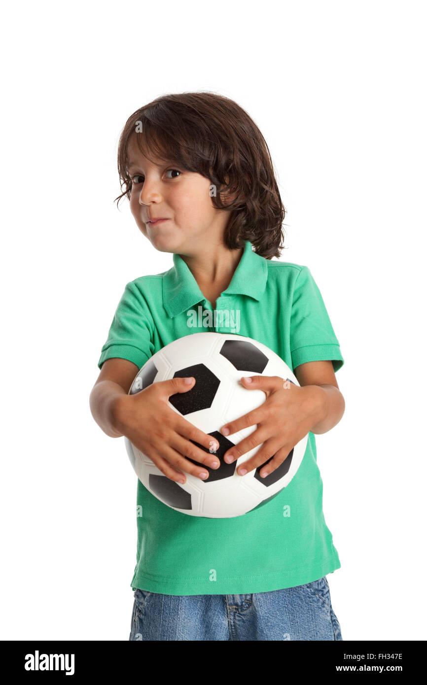 Kleiner Junge hält einen Fußball auf weißem Hintergrund Stockbild