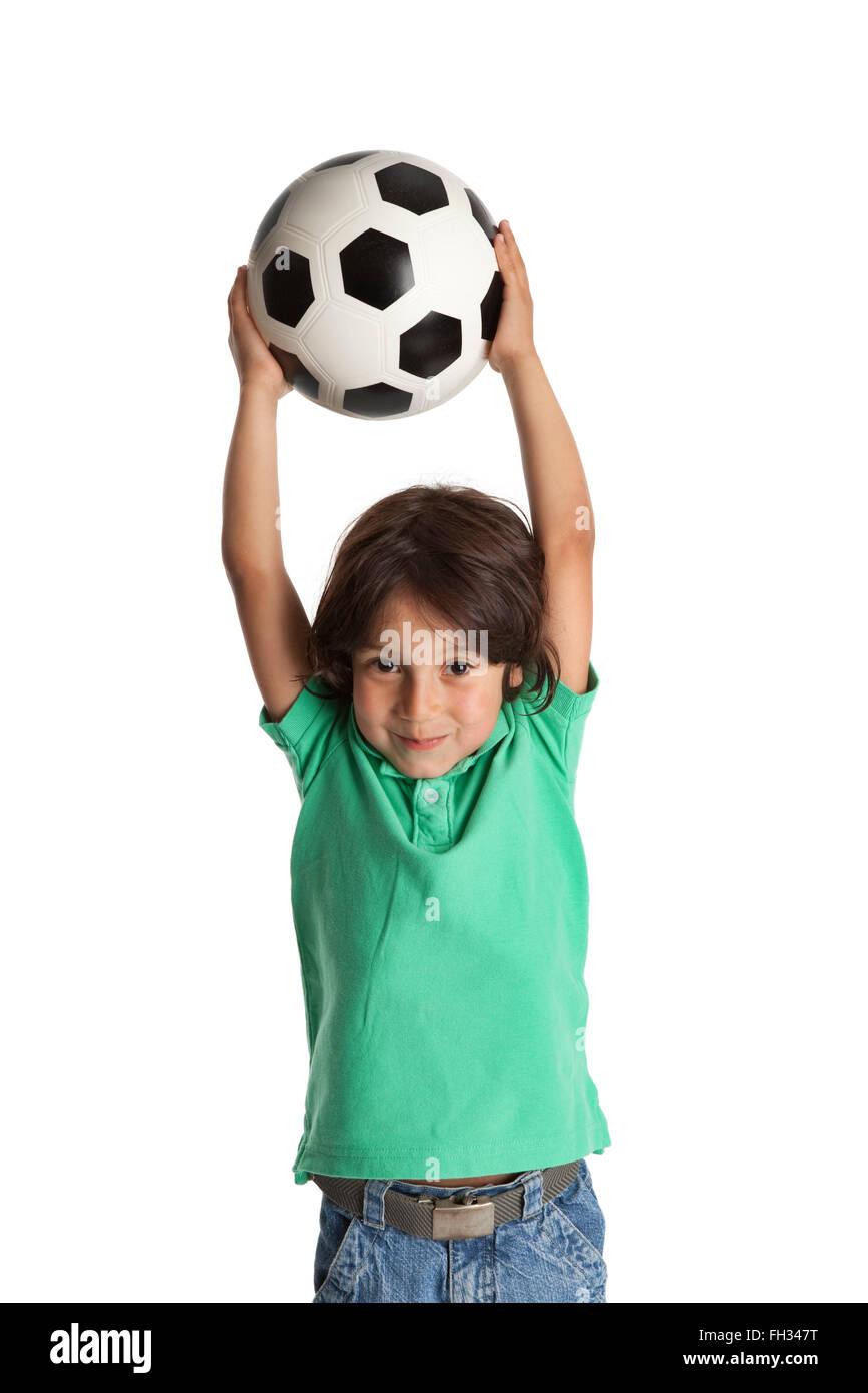 Kleiner Junge werfen einen Fußball auf weißem Hintergrund Stockbild