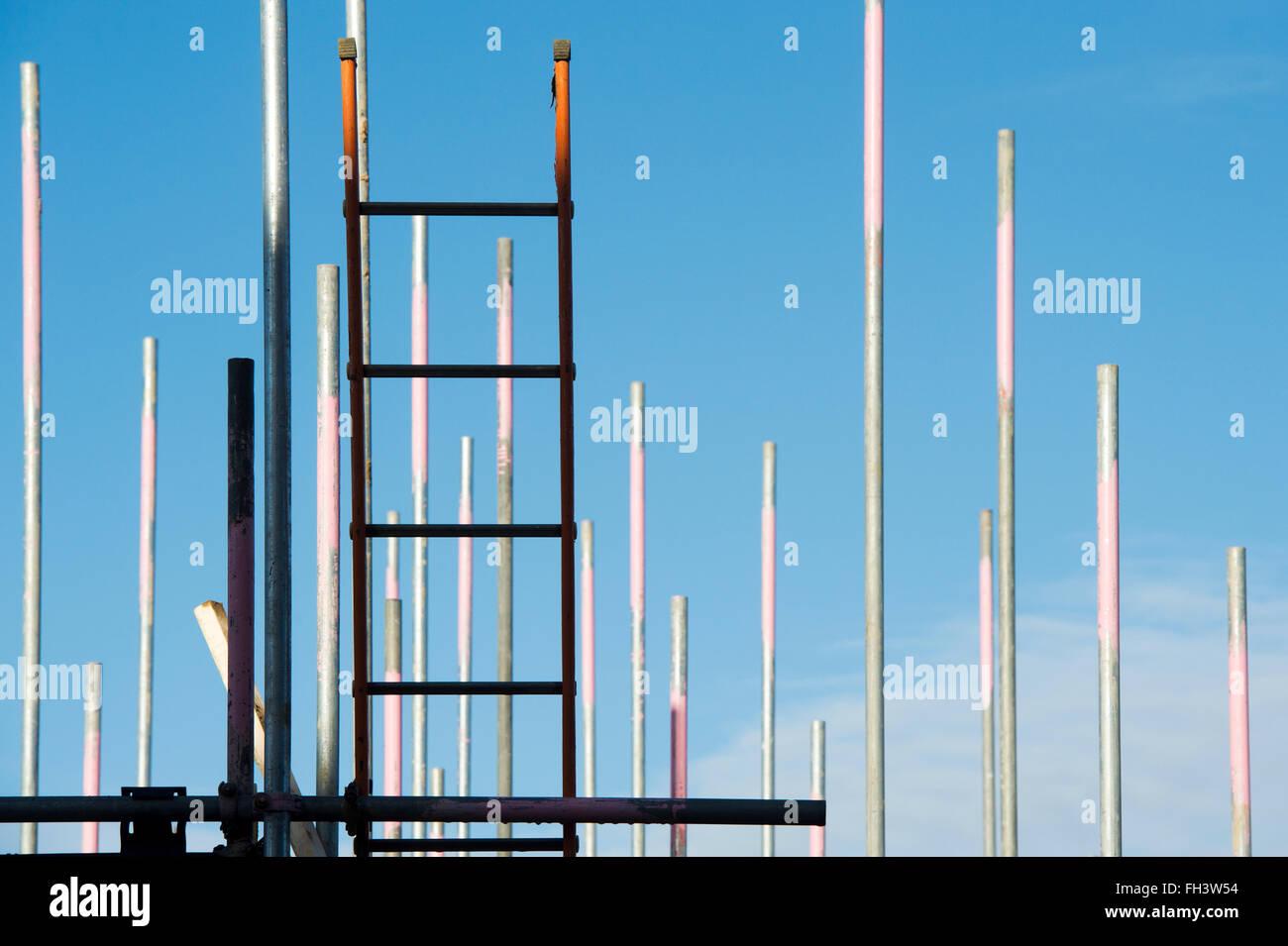 Gerüstbau-Leitern und blauer Himmel abstrakt Stockbild