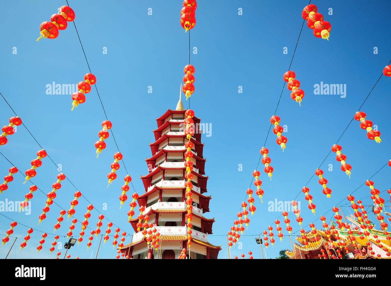 Chinesische Pagode und Laternen während Chinesisches Neujahr Stockbild