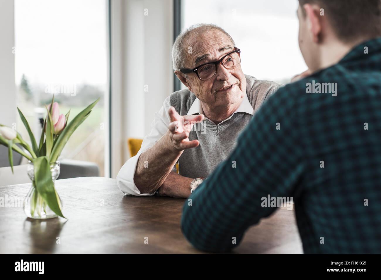 Porträt der ältere Mann mit seinem Enkel zu kommunizieren Stockbild
