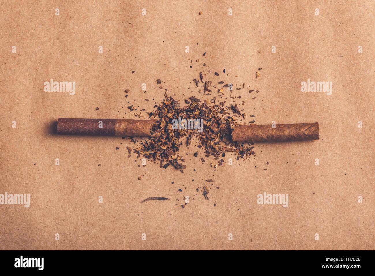 Beenden Sie rauchen Konzept, Zigarette Draufsicht, warmen Retro-Bildton gebrochen. Stockbild