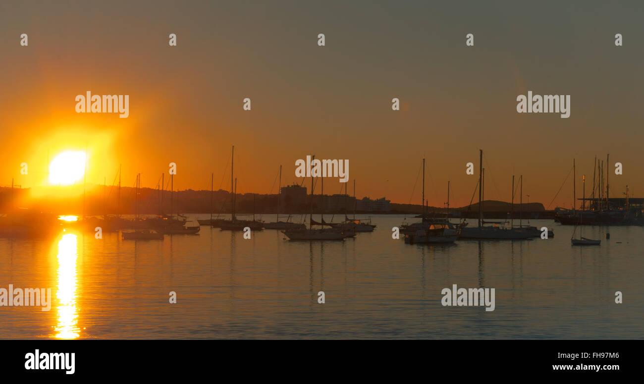 Herrlichen Sonnenuntergang Farbe im Hafen von Marina.  Ende von einem warmen, sonnigen Tag in Ibiza, Balearen St Stockbild