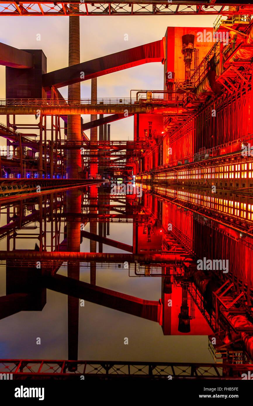 Beleuchtung der Kokerei Zollverein, ein UNESCO-Welterbe in Essen, Deutschland, Teil der ehemaligen Grube Zeche Zollverein Stockbild