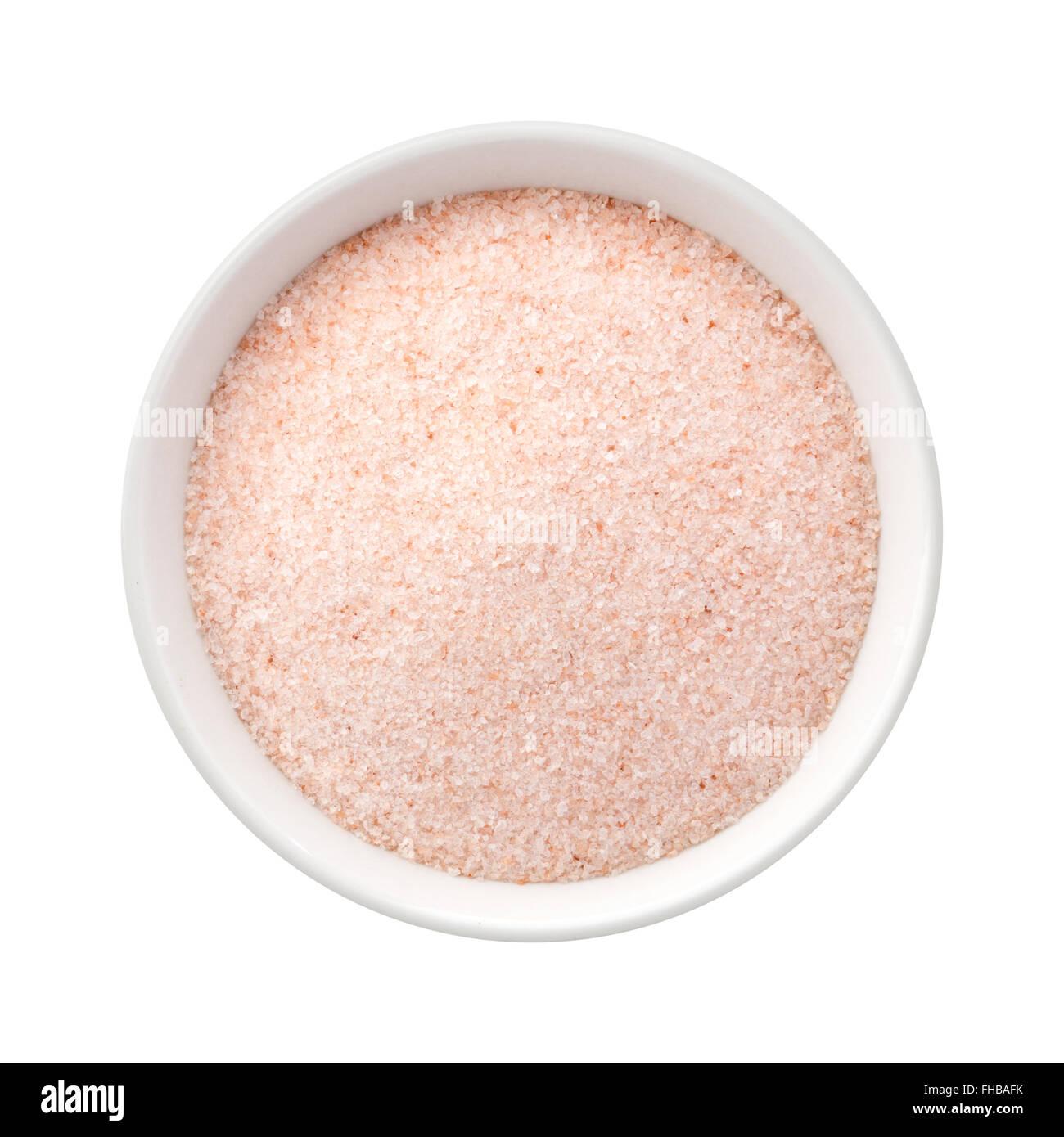 Feines Himalaya rosa Salz in einer Keramikschale. Das Bild zeigt einen Ausschnitt isoliert auf einem weißen Stockbild