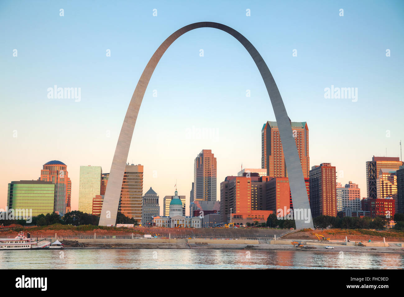 Die Innenstadt von St. Louis, Missouri mit Old Courthouse und den Gateway Arch bei Sonnenaufgang Stockbild