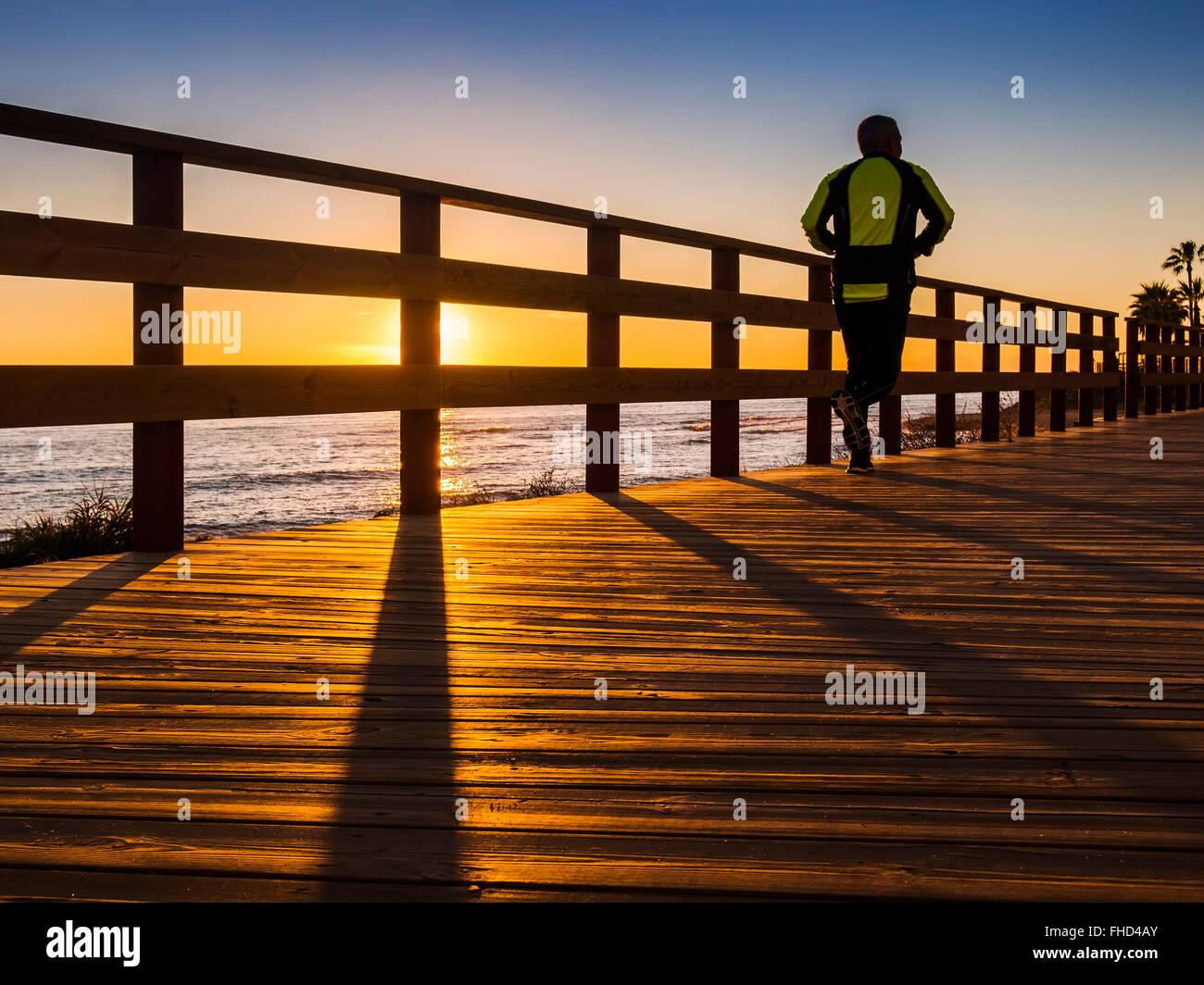 Sonnenuntergang Senda Litoral, Weg Holzsteg Pfad, Mijas. Provinz Malaga Costa del Sol Andalusien Südspanien Stockbild