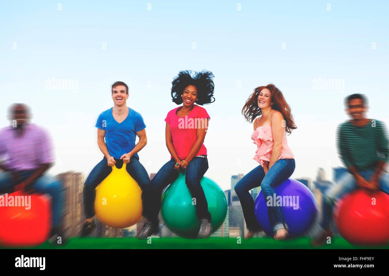 Unterschiedlichste Menschen Glück Freundschaft Bouncing Ball-Konzept Stockbild