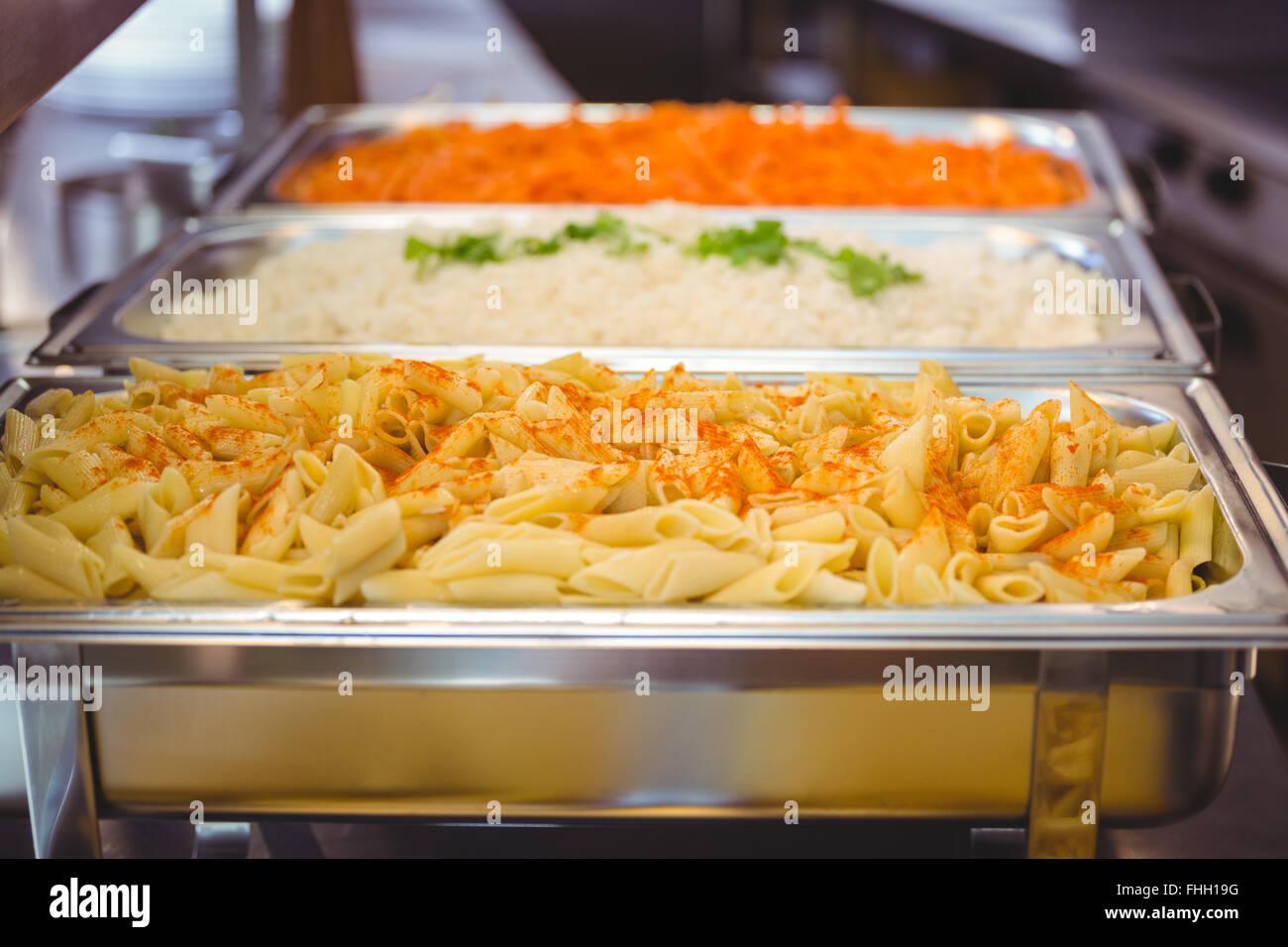Schüsseln aus Kartoffeln und Nudeln Stockbild