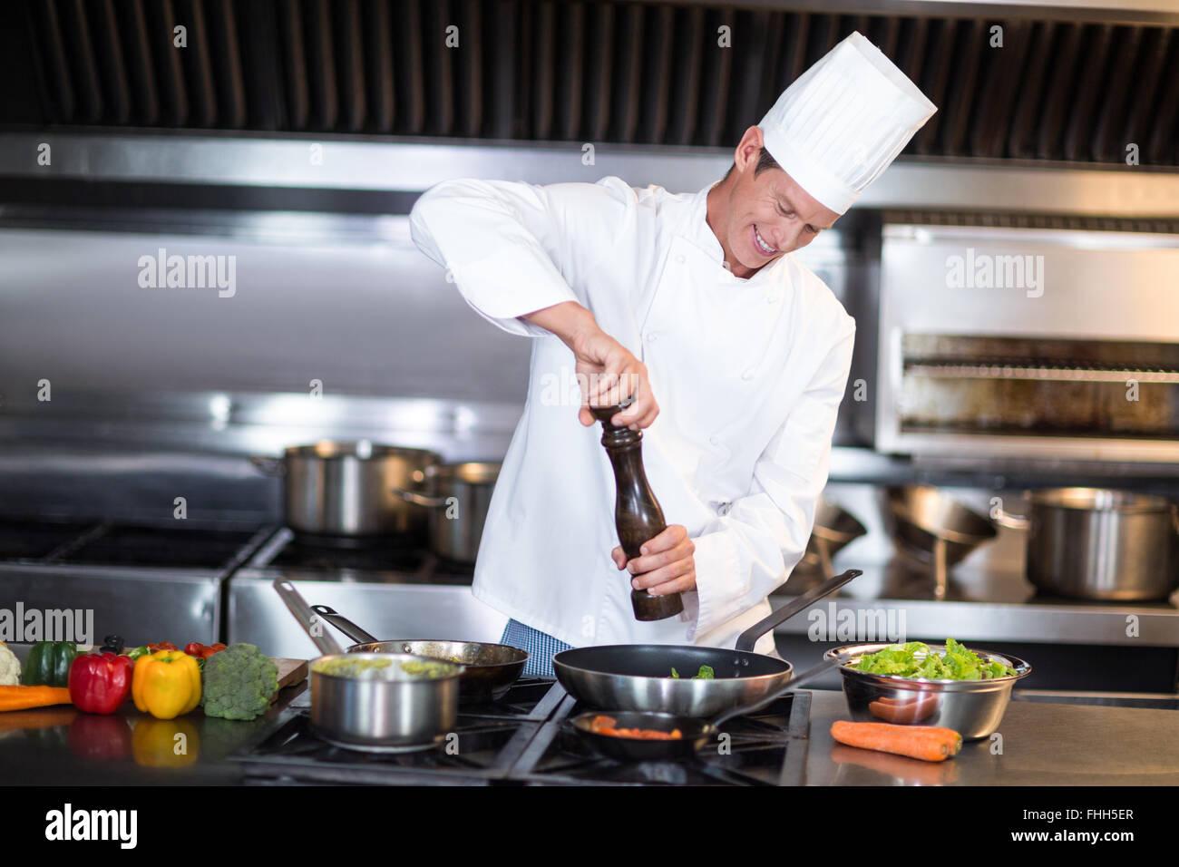 Happy Chef sein Gericht würzen Stockbild