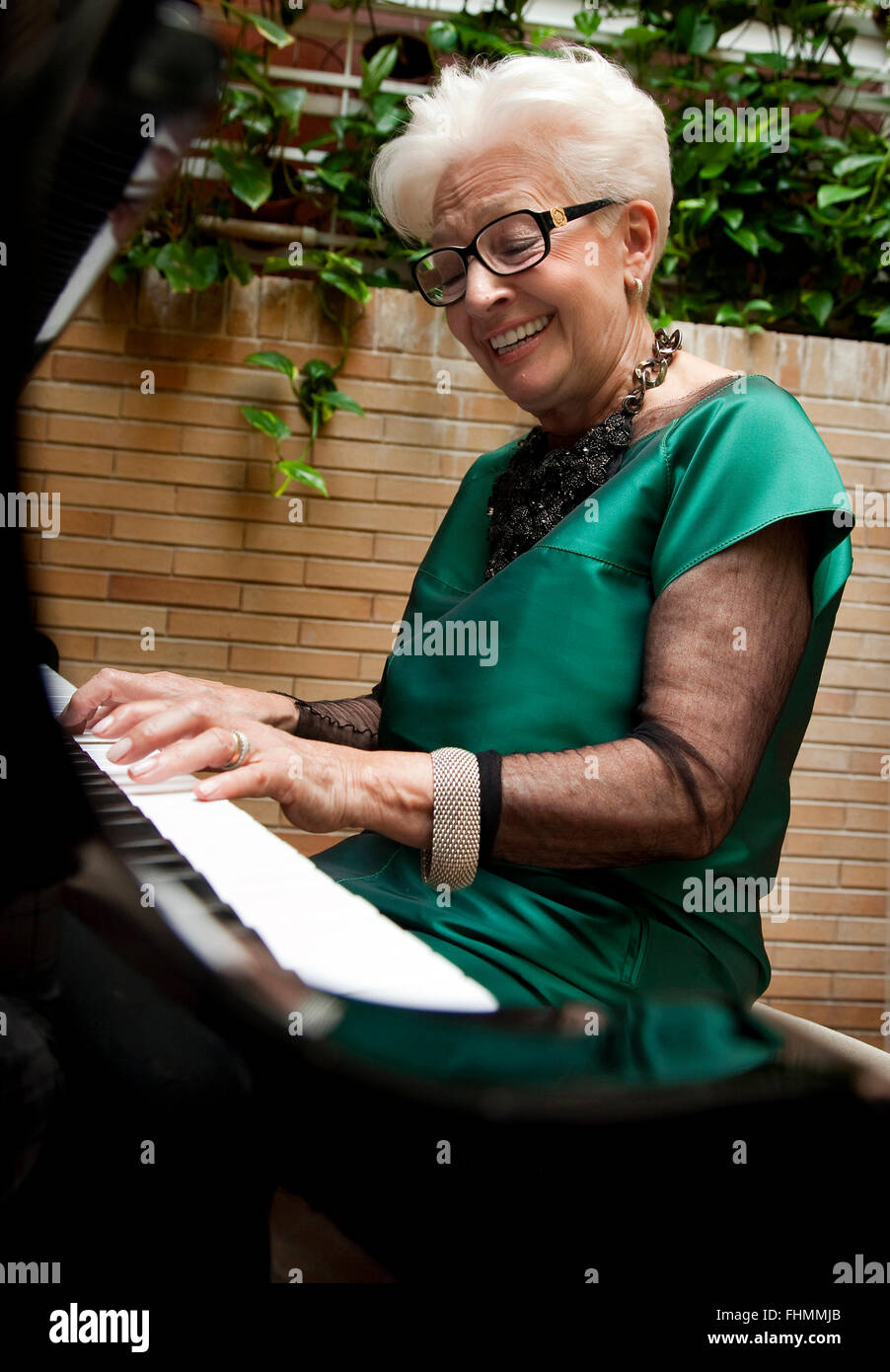 Senior weiblichen ein Klavier zu spielen. Tafalla, Navarra, Spanien Stockbild