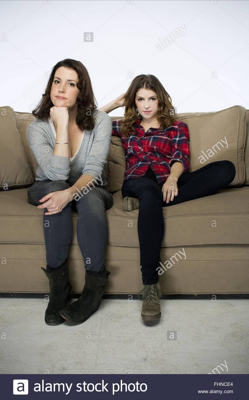 MELANIE LYNSKEY & ANNA KENDRICK FROHE WEIHNACHTEN (2014 Stockfoto ...