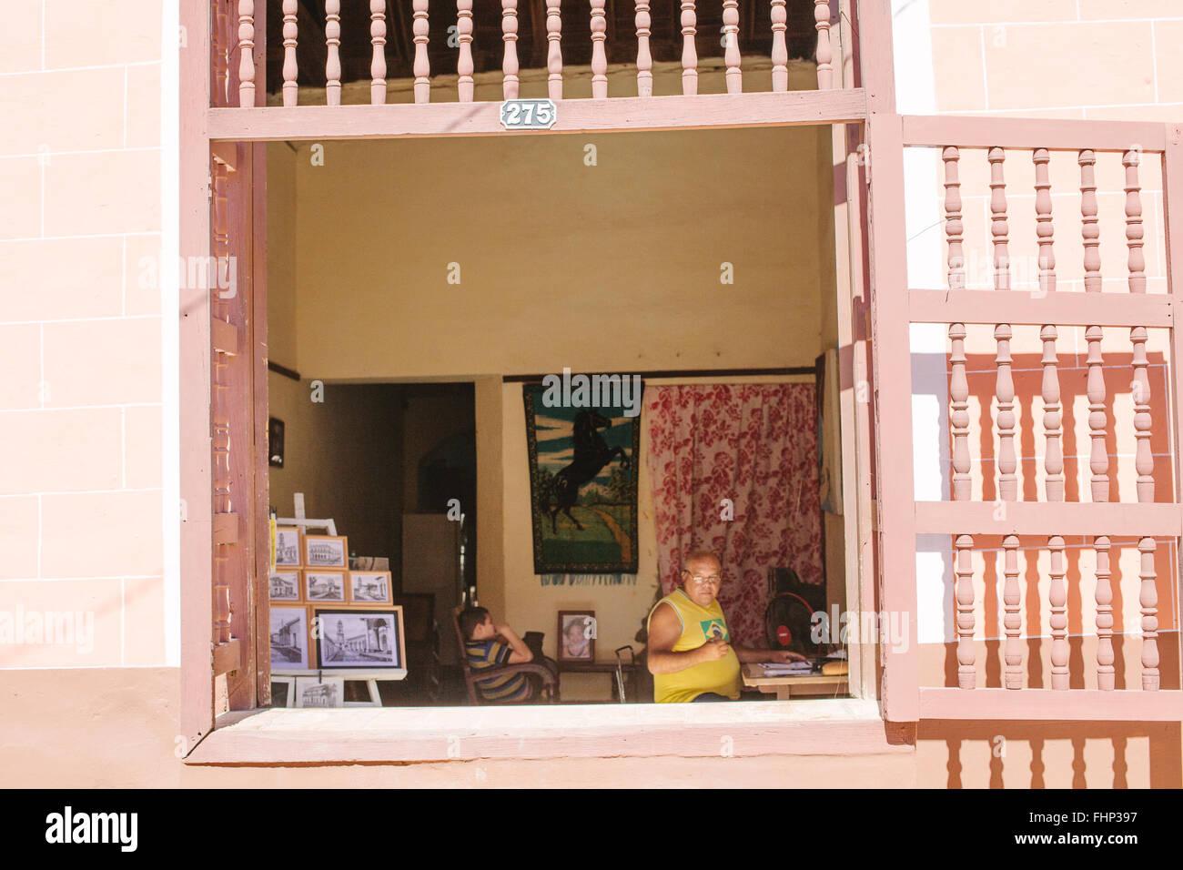 Ein lokaler Künstler malt in seinem Wohnzimmer in Trinidad Kuba. Wie ...
