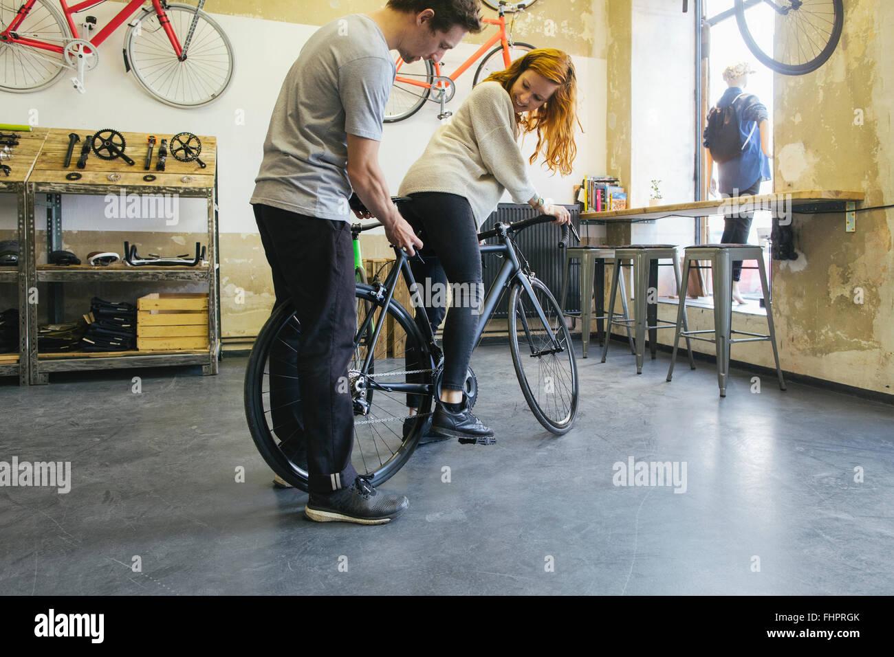 Verkäufer Beratung Client in ein maßgeschneidertes Fahrrad speichern Stockbild