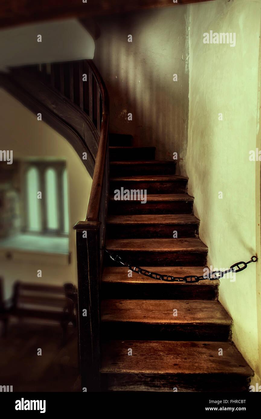 Alte Treppe wit eine Kette versperrt den Weg bis Stockbild