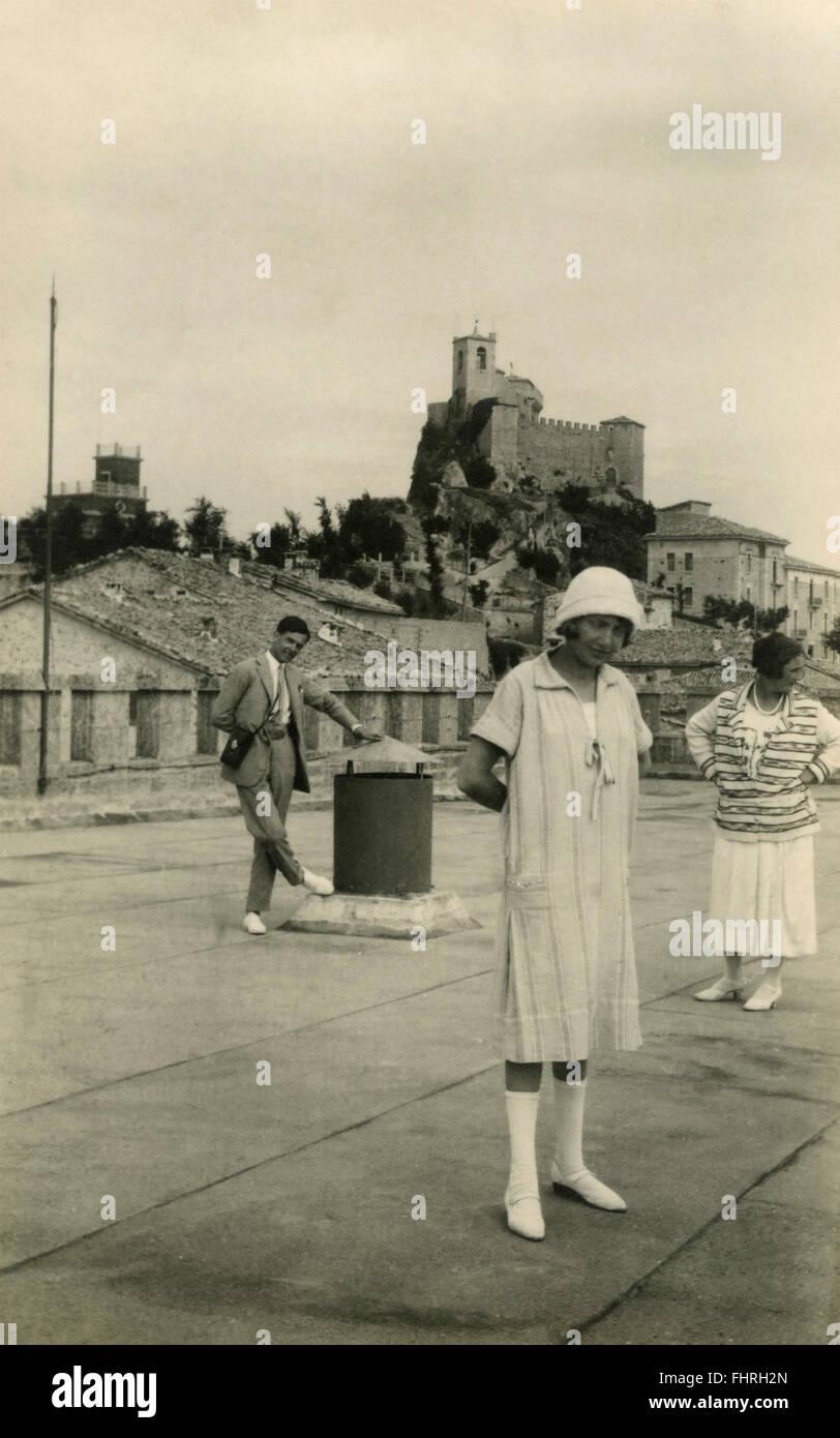 Eine Frau In Traditioneller Kleidung Der Mode Der 20er Jahre
